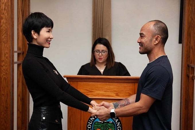 Xuân Lan và ông xã nắm chặt tay nhau, chính thức thành vợ chồng trước sự tuyên bố của đại diện cơ quan chức năng.