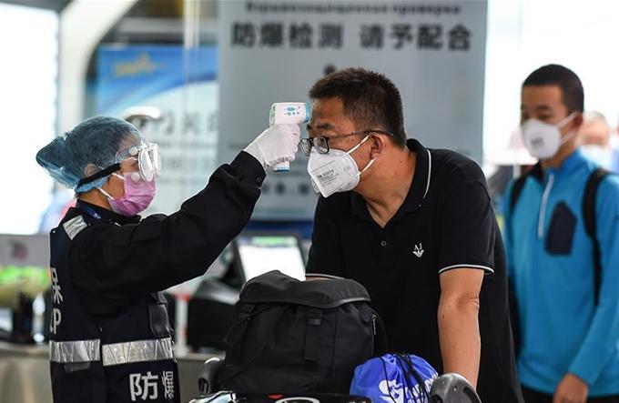 Nhà ga, sân bay ở Trung Quốc đều có trạm kiểm tra thân nhiệt. Ảnh: CGTN