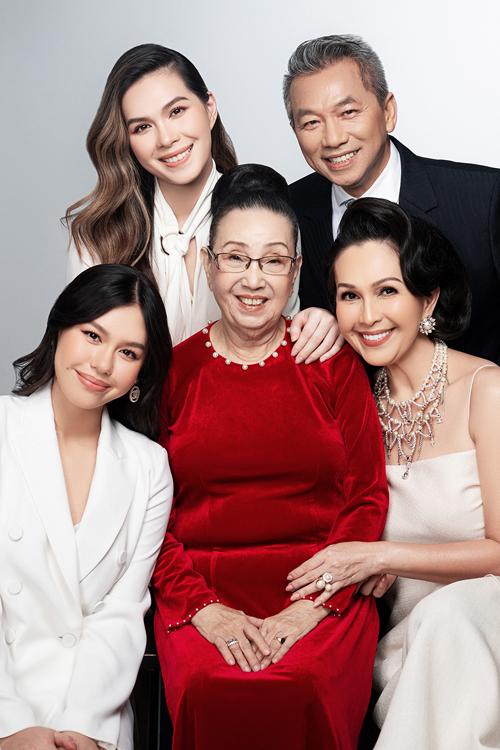 [Caption]  Diễm My chia sẻ: Mẹ đã vất vả một thời son rỗi. Vì thế, ở tuổi này, chúng tôi luôn cố gắng hết sức để mẹ có được tuổi già bình an, trọn vẹn. Hạnh phúc, niềm vui của mẹ ở tuổi này cũng là hạnh phúc, niềm vui của con cháu trong gia đình. Mỗi mùa xuân đi qua, tôi tin rằng ai trong mỗi chúng ta cũng vậy, còn mẹ, còn cha, còn có gia đình đã là một niềm hạnh phúc lớn.        Ảnh: Milor Trần  Trang điểm: Quân Nguyễn, Pu Lê