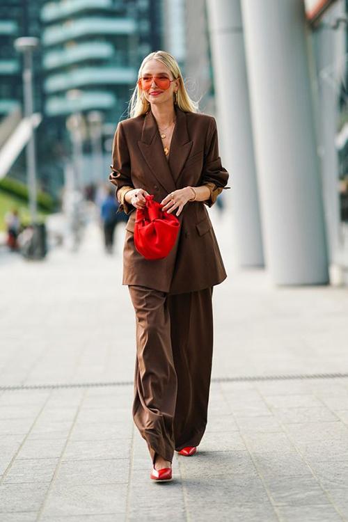 Bên cạnh việc chọn các mẫu váy áo hợp mốt để chưng diện, phụ kiện sắc màu tươi sáng cũng góp phần tạo nên tổng thể hoàn chỉnh cho chị em văn phòng trong ngày đi làm đầu năm.
