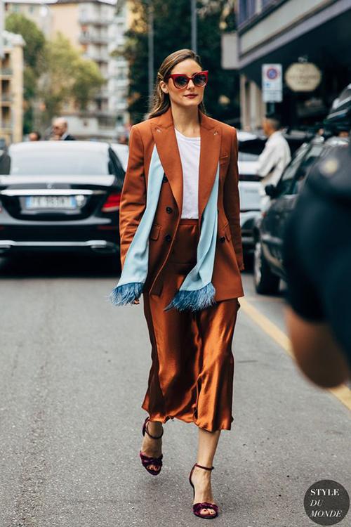 Quý cô văn phòng sang chảnh với set đồ nâu, nâu đồng bóng bẩy với áo blazer dáng rộng, chân váy lụa mềm mại.