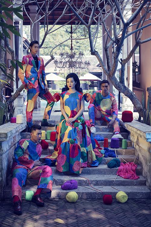 Dàn mẫu nam nữ  trong loạt concept ấn tượng với gam màu nổi bật. Điểm mạnh của bộ đôi nhà thiết kế là luôn sử dụng hoạ tiết của bộ sưu tập trên các chất liệu khác nhau