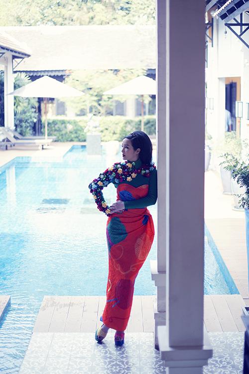Thiết kế váy bút chì tôn dáng hoa hậu với kỷ thuật dựng phom tinh tế. Kết hợp áo len cao cổ được đính kết tỉ mỉ thủ công với hằng trăm hoa len được các thợ thủ công lành nghề từ Huế đính kết.