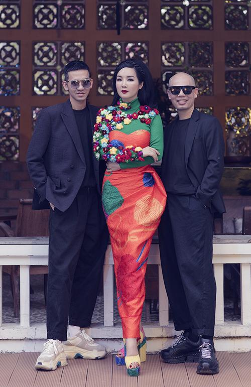 Hoa hậu Đền Hùng Giáng My (đứng giữa) trở thành nàng thơ của hai nhà thiết kế Vũ Ngọc và Son trong bộ sưu tập Ký ức tuổi thơ.