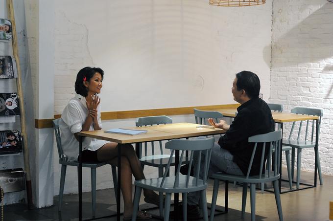 HHen Niê trao đổi kịch bản với đạo diễn Lương Đình Dũng.