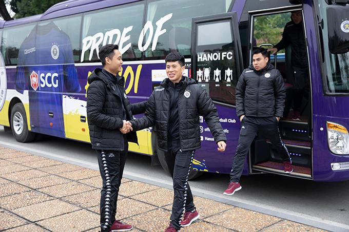 TrầnĐình Trọng cười tươi khi bước xuống xe. Trung vệ sinh năm 1997 đã bình phục chấn thương và sẵn sàng chinh chiến cùng Hà Nội FC ngay từ đầu mùa giải này.