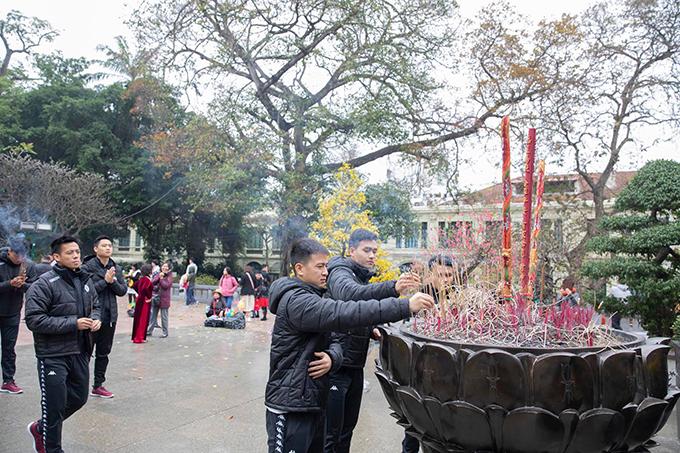 Văn Quyết và đồng đội dâng hương tại tượng đài Lý Thái Tổ.