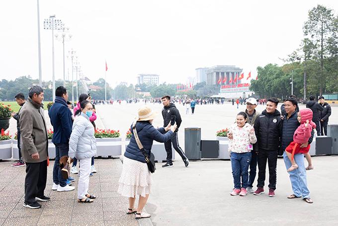 Quang Hải được nhiều người hâm mộ xin chụp ảnh cùng tại Lăng Chủ tịch.