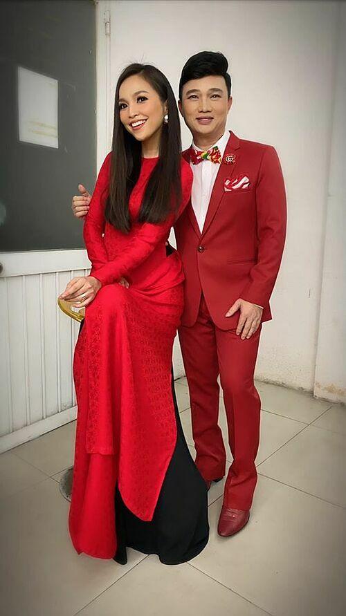 Hiền Thục diện trang phục đỏ đồng điệu cùng ca sĩ Quang Linh. Cả hai ví mình như hai bao lì xì Tết.
