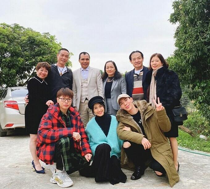 Gia đình Hoa dâm bụt gồm Erik, Hoà Minzy và Đức Phúc rủ bố mẹ tụ họp đầu năm mới.