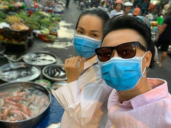 Hoàng Bách chở vợ đi chợ đầu xuân năm mới.