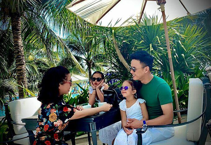 Hồng Đăng cùng gia đình đang du lịch tại Nha Trang. Nam diễn viên gọi vợ con là tài sản lớn nhất đời và rủ vợ sinh thêm con.