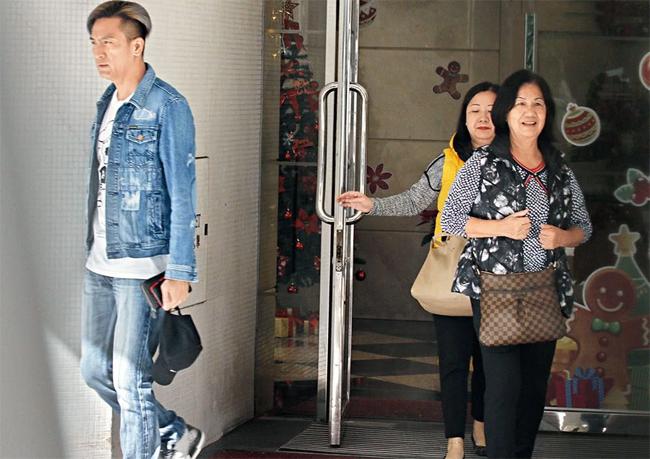 Mã Quốc Minh cùng mẹ và chị gái rời nhà hôm 29/1. Anh đưa mẹ và chị tới một trung tâm mua sắm lớn để chọn đồ. Tài tử 45 tuổi ăn mặc bụi bặm, trẻ trung. Năm 2019 vừa qua là một năm thành công trong sự nghiệp của Mã Quốc Minh, khi anh giành Thị đế TVB và được khán giả thêm yêu mến.