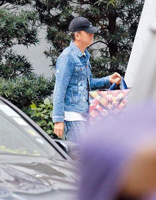 Tới nhà, Quốc Minh lại là người xách túi đồ cho mẹ. Mã Quốc Minh (Kenneth Ma) là nam diễn viên người Hong Kong. Anh đang là diễn viên độc quyền của hãng TVB.
