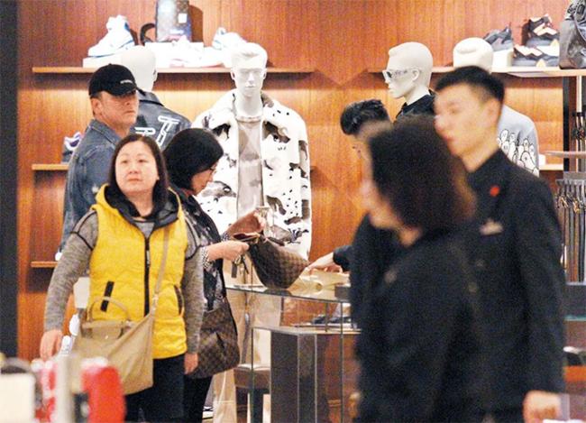 Chiếc túi mẹ Mã Quốc Minh xem khá đắt tiền, nhưng tài tử thuyết phục mẹ nên lấy. Cuối cùng, mẹ anh quyết định lấy nó. Mã Quốc Minh bỏ ra 25.000 USD (gần 600 triệu đồng) tặng mẹ chiếc túi này.