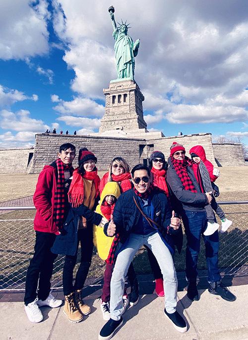 Đại gia đình Nguyên Khang lần đầu đoàn tụ, đón xuân mới ở New York. Mẹ anh sắp sang Mỹ sống cùng con út.