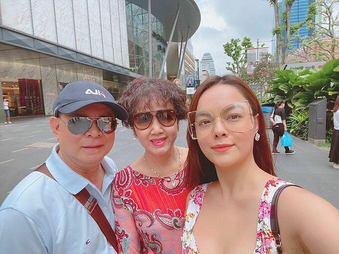 Phạm Quỳnh Anh tháp tùng bố mẹ đi du xuân đầu năm Canh Tý và tự hỏi về già mình có được lãng mạn như đôi này không.