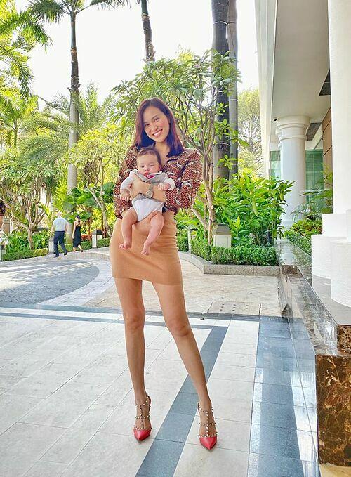 Đăng ảnh bồng bế con trai, MC Phương Mai cho biết: Chưa được tập gym nhưng ngày nào cũng bê quả tạ 5kg rưỡi như thế nào bảo sao chả gầy nhanh.