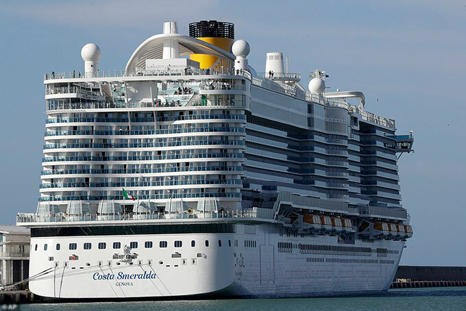 Tàu Costa Smeralda bị cách ly ngoài khơi Italy vì nghi ngờ có ca nhiễm virus corona trên tàu. Ảnh: AP.