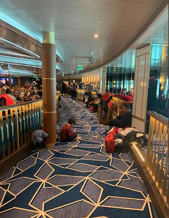 Các hành khách chờ đợi bên trong tàu Costa Smeralda. Ảnh: Twitter.