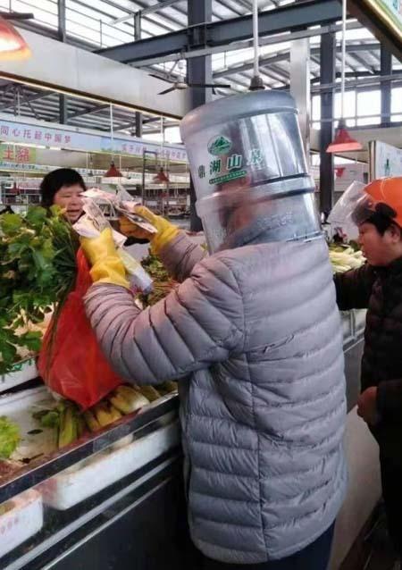 Tại Trung Quốc, người dân cho biết họ bị cấm sử dụng bất cứ phương tiện giao thông công cộng nào nếu như không đeo khẩu trang bảo vệ.   Do mức độ nghiêm trọng của virus corona, hiện một số hãng hàng không trên thế giới, trong đó có British Airways và United Airlines, đã cấm các chuyến bay từ Trung Quốc để tránh lây lan.