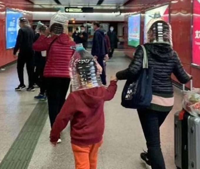 Một bức ảnh chụp bà mẹ và đứa con đi tàu điện ngầm Hong Kong đội chiếc khiên tạm thời trông khá thời trang cắt ra từ chai nhựa. Trong khi đó nhiều hành khách cũng sử dụng biện pháp bảo vệ tương tự khi đứng chờ ở các sân bay.