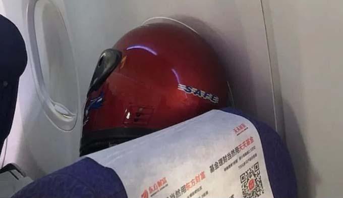 Trên chuyến bay từ Thượng Hải tới thành phố Perth của Australia, một hành khách nam thậm chí còn đội mũ bảo hiểm để tránh nhiễm virus. Các hành khách khác trên chuyến bay này nói với The West Australian rằng hầu hết mọi người lúc lên khoang ít nhất đều đeo khẩu trang, ngoài ra máy bay sẽ được xịt khử trùng ngay khi hạ cánh.