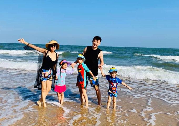 Gia đình Ốc Thanh Vân vui đùa trên bãi biển hôm 30/1.Các con cô rất thích thú khi được đi tắm biển với bố mẹ sau kỳ nghỉ Tết.
