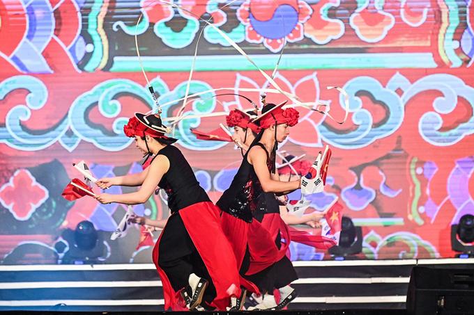 Đêm khai hội kết lại bằng màn múa mùa xuân với những khát vọng vươn tầm và khởi sắc của Tây Ninh, qua những phần trình diễn nghệ thuật sôi động cùng màn trình diễn pháo hoa rực rỡ, chào mừng một mùa hội mới trên miền đất Thánh.