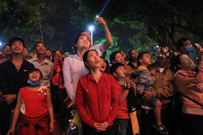 Các du khách cùng chiêm ngưỡng pháo hoa và những màn trình diễn đặc sắc tại lễ hội.