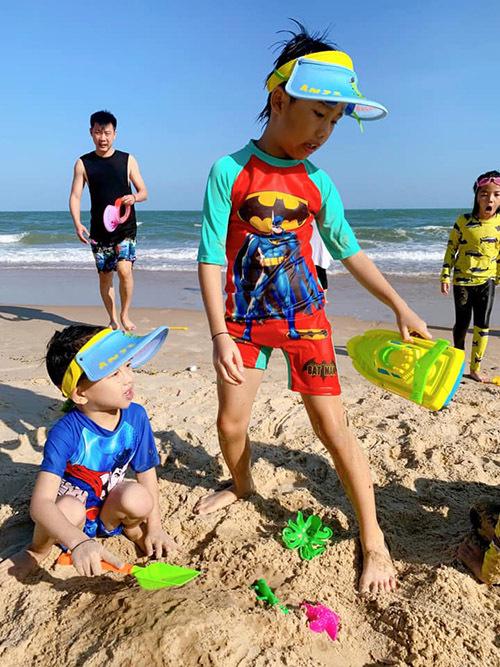 Bé Coca cùng hai em Cacao và Cola không quên mang theo đồ chơi với cát. Ông xã Ốc Thanh Vân luôn để mắt trông chừng các con cho vợ thoải mái dạo biển, ngắm cảnh.
