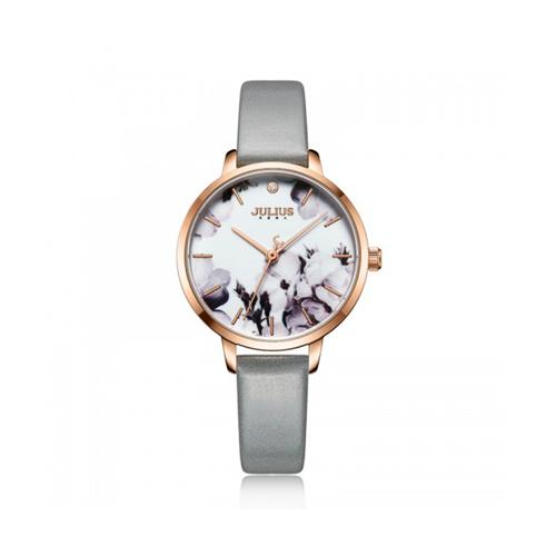 Dòng đồng hồJA-1101Cdây xám phù hợp với chị em trongđộ tuổi 18- 40 tuổi, cỡ tay trung bình. Mặt đồng hồ từ kính cứng cường lực cao cấp, có khả năng chống trầy vàva đập. Sản phẩm được ưa chuộng trên Shop VnExpress, giảm 13%, còn 789.000 đồng (giá gốc 1,169 triệu đồng).