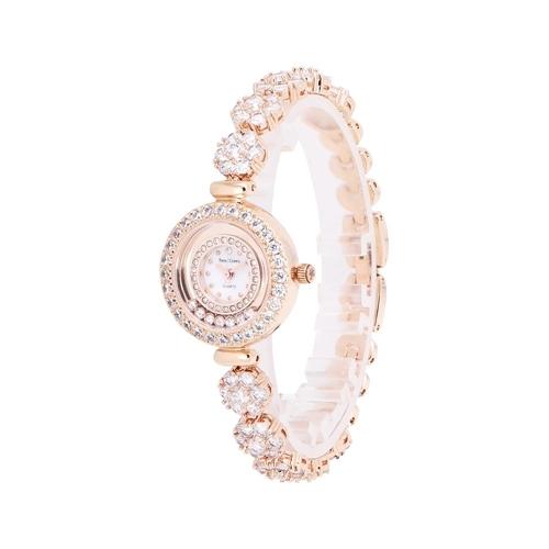 Đồng hồ nữ chính hãng Royal Crown 5308 với dây đá vàng hồng, được chế tác thủ công, cầu kỳ. Chất liệu vỏBrass - hợp kim phủ Platinum và thép không gỉ. Người dùng có thể đi mưa, rửa tay thoải mái.Thiết kế đang giảm 38%, còn 2,399 triệu (giá gốc 3,899 triệu đồng).