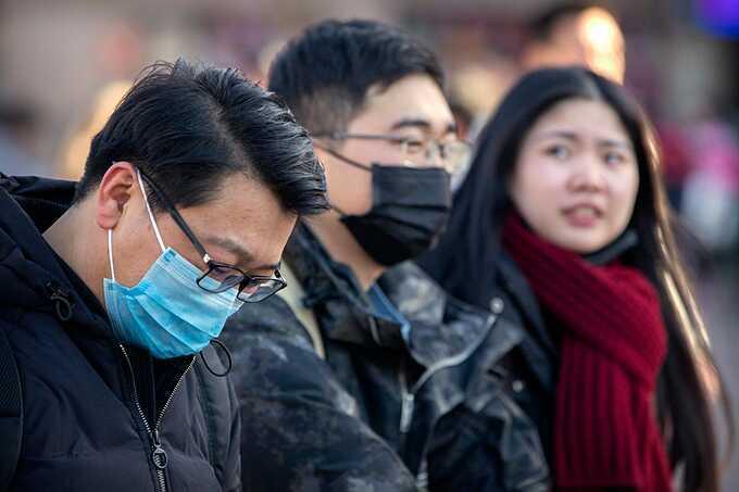 Đeo khẩu trang y tế ở nơi đông người để bảo vệ sức khỏe của bản thân và cộng đồng. Ảnh: AP/Mark Schiefelbein.
