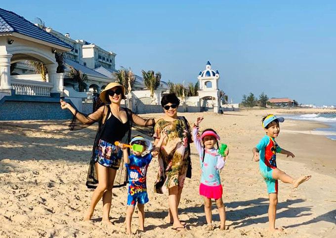 Mẹ ruột của Ốc Thanh Vân có mặt trong chuyến du lịch biển cùng con gái, con rể và ba cháu ngoại.