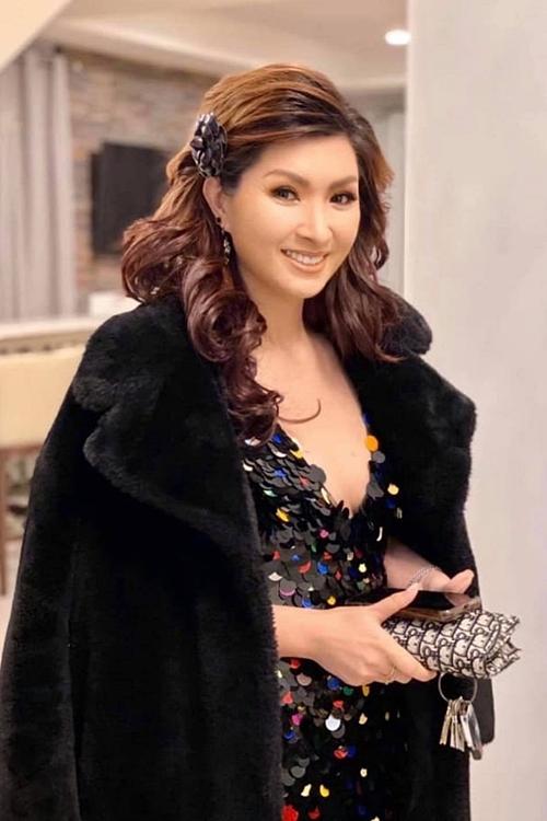 Ca sĩ Nguyễn Hồng Nhung thu hút ánh nhìn với váy ôm chất liệu lấp lánh. Tại buổi tiệc, cô cùng ca sĩ Lam Anh song ca bài hát Vị ngọt đôi môi. Ảnh: H.N