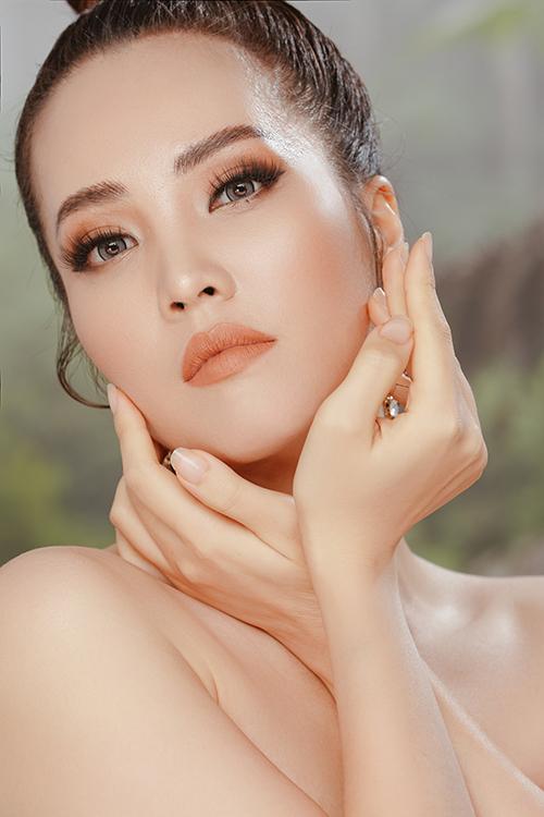 Bộ hình được hỗ trợ thực hiện bởi nhiếp ảnh Luke Nguyễn, stylist Thanh Thư, trang điểm John Kim và làm tóc Nhung Nguyễn.