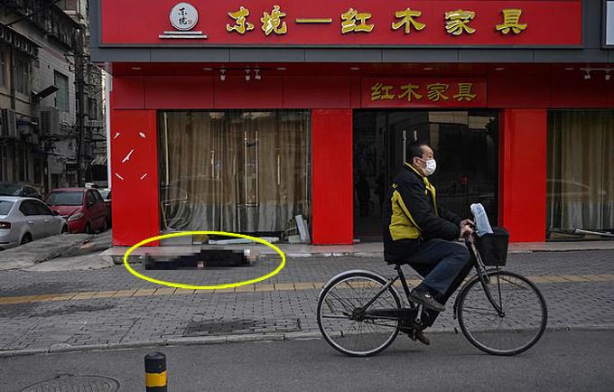 Người đàn ông cao tuổi nằm chết trên vỉa hè ở Vũ Hán hôm 30/1. Ảnh: AFP.