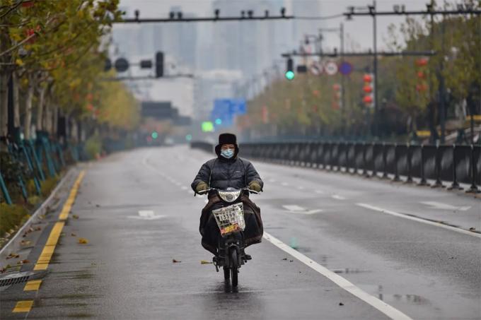 Đường phố Vũ Hán vốn đông đúc nhưng những ngày này hầu như không có bóng xe cộ. Ảnh: AFP.