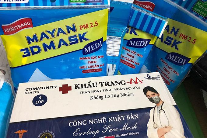 Các loại khẩu trang được bày bán tại một hiệu thuốc trên đường Hai Bà Trưng quận 1. Ảnh: Sơn Nam.