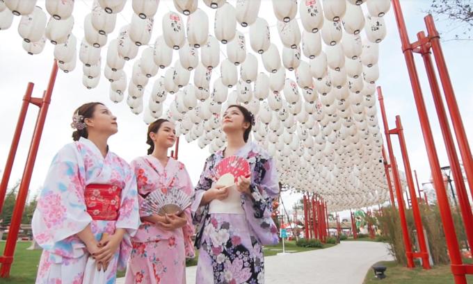 Ba hot girlthích thú trước hàng nghìn chiếc đèn lồng theo phong cách Nhật Bản chỉ có tại Vinhomes Smart City.