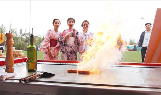 Quy trình nấu ăn đầy nghệ thuật của các nghệ nhân ẩm thực Nhật Bản khiến ba cô bạn và khách tham gia lễ hội trầm trồ. Bên cạnh đồ ăn Nhật Bản, ban tổ chức cũng mời những nghệ nhân ẩm thực Việt Nam để cư dân có cơ hội trải nghiệm đặc sản theo đúng hương vị truyền thống ba miền.