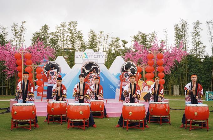 Cư dân tới Vườn Nhật những ngày này còn được thưởng thức các màn trình diễn nghệ thuật múa trống truyền thống Nhật Bản.