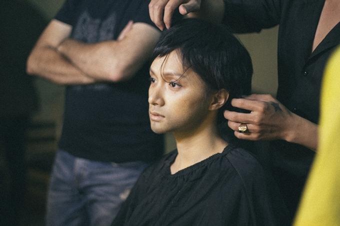 Hương Giang hóa trang cho các cảnh phim khi nhân vật còn là con trai.