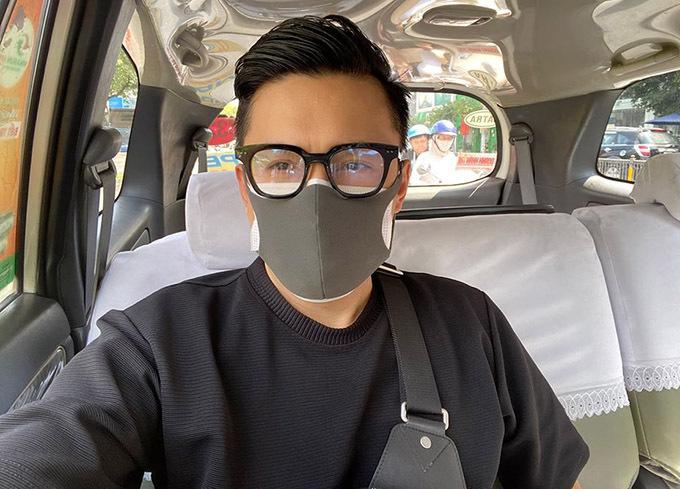 Anh Hai Lam Trường đi xe hơi vẫn cẩn thận đeo hai lớp khẩu trang và mắt kính để đảm bảo an toàn tuyệt đối trong thời gian dịch bệnh hoành hành.