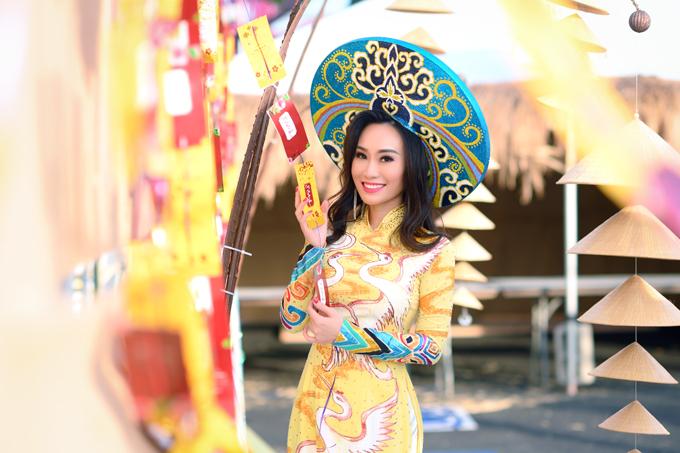 Người đẹp chọn áo dài có màu sắc rực rỡ hay gam màu trung tính, được cách tân, in họa tiết phù hợp với mỗi mùa lễ hội.