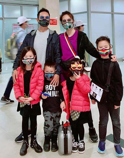 Sau những ngày trú ẩn tại nhà, hoang mang vì virus corona vợ chồng Lý Hải vẫn quyết định cho các con đi du lịch đầu năm. Gia đình nam ca sĩ trang bị kỹ lưỡng và rất cẩn thận khi ở nơi đông người.