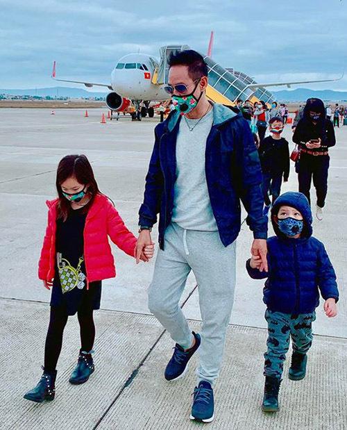 Lý Hải dắt con gái Cherry và con trai út Mio ở sân bay Tân Sơn Nhất TP HCM.