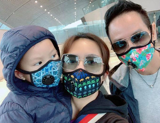 Dù không dám cởi khẩu trang nhà Lý Hải vẫn tranh thủ chụp ảnh selfie check in trước khi lên máy bay.