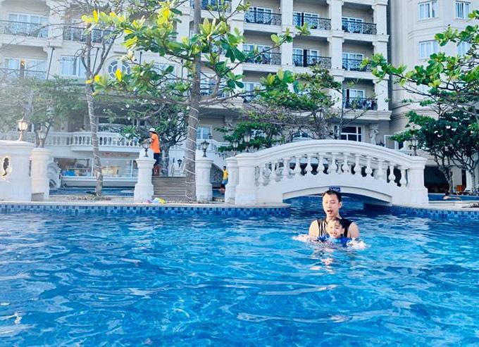 Khu resort gia đình cô lưu trú tại Vũng Tàu có hồ bơi rộng, tổng thể thiết kế hiện đại, đẹp mắt.